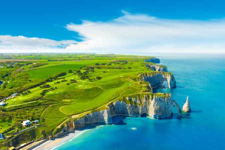Picturesque panoramic landscape on the cliffs of Etretat. Natural amazing cliffs. Etretat, Normandy, France 免版税图像