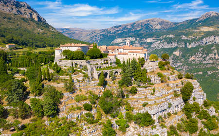 View of mountain top village Gourdon in Provence, France. 免版税图像