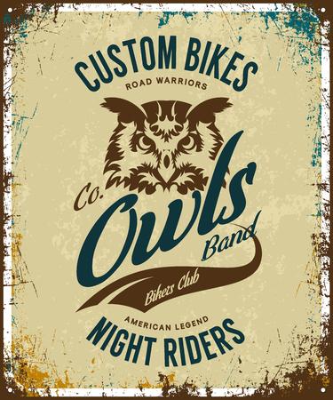 Vintage bikers club t-shirt vector logo on a light background. Premium quality owl bird night rider logotype tee-shirt emblem illustration. Custom bikes streetwear superior retro tee print design. Ilustração