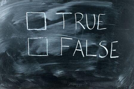 falso: verdadero o falso en el pizarrón negro, letra blanca sobre pizarra Foto de archivo