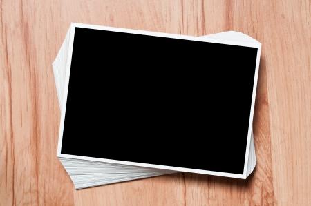 Stack foto sul tavolo. immagine sullo sfondo di legno, le foto di vacanze