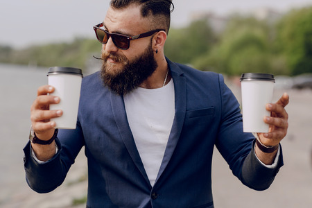bearded man carrying coffee Banque d'images