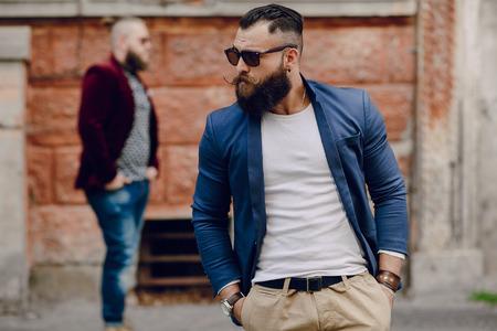 Twee bebaarde mannen mode buiten zomerweer