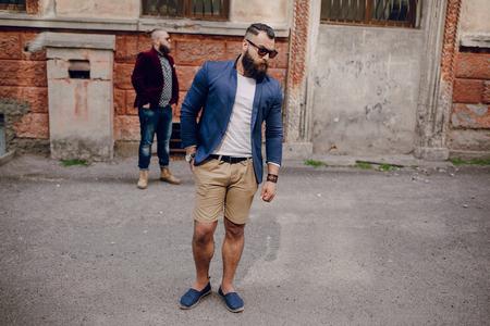 hombre con barba: Dos hombres con barba moda al aire libre clima de verano Foto de archivo