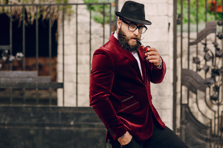 hombre millonario: hombre barbudo refinada que se parece a un millonario