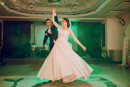 romantisch paar dansen op hun bruiloft HD Stockfoto