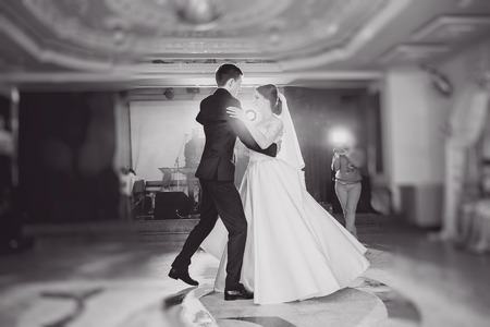 romantic couple dancing on their wedding HD Zdjęcie Seryjne