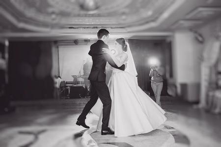 ragazze che ballano: romantica coppia di danza su loro matrimonio HD Archivio Fotografico