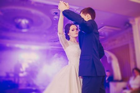 Romantica coppia danza sul loro matrimonio hd Archivio Fotografico - 43876516