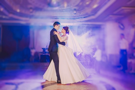 romantic couple dancing on their wedding hd Banco de Imagens