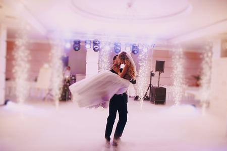Festa di nozze spose nell'elegante ristorante con una luce e un'atmosfera meravigliosa Archivio Fotografico - 43987466