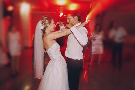 donna che balla: festa di nozze spose nell'elegante ristorante con una luce e un'atmosfera meravigliosa