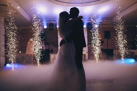 Harika bir ışık ve atmosferi ile şık restoranda gelinler düğün