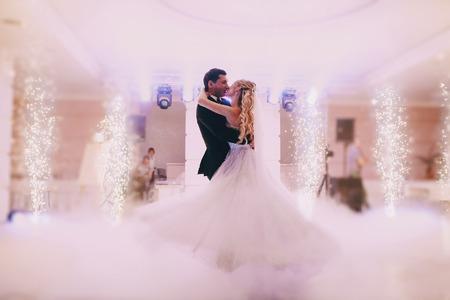 Festa di nozze spose nell'elegante ristorante con una luce e un'atmosfera meravigliosa Archivio Fotografico - 43987476