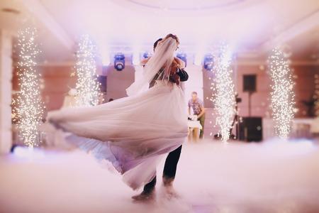 Festa di nozze spose nell'elegante ristorante con una luce e un'atmosfera meravigliosa Archivio Fotografico - 43997652