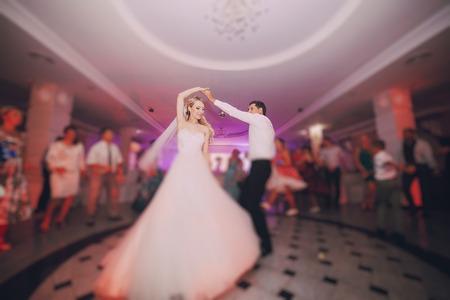 persone che ballano: festa di nozze spose nell'elegante ristorante con una luce e un'atmosfera meravigliosa