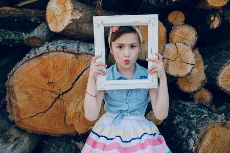 niño modelo: bonito modelo posando sobre un fondo de vigas de madera