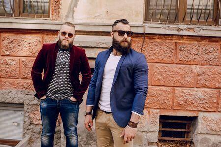 modelos posando: Dos hombres con barba moda al aire libre clima de verano Foto de archivo