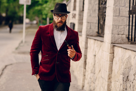 millonario: hombre barbudo refinada que se parece a un millonario