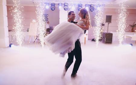 pareja bailando: fiesta de la boda las novias en el elegante restaurante con una maravillosa luz y la atmósfera