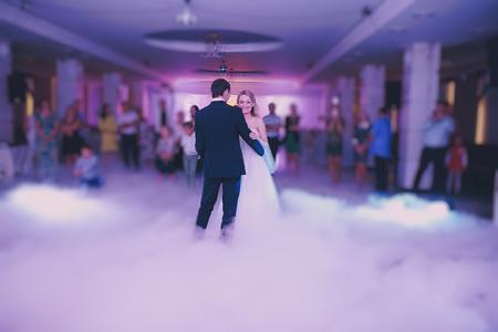 Festa di nozze spose nell'elegante ristorante con una luce e un'atmosfera meravigliosa Archivio Fotografico - 44257239