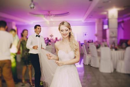 Festa di nozze spose nell'elegante ristorante con una luce e un'atmosfera meravigliosa Archivio Fotografico - 44342044