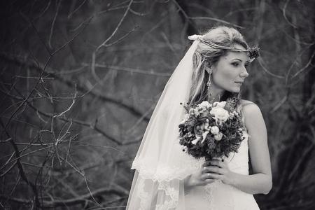 mujeres morenas: encantadora pareja de novios celebra su día de la boda en Odessa invierno