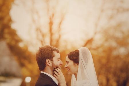 pareja de esposos: Feliz pareja cuya boda sesión de fotos en un otoño dorado Foto de archivo
