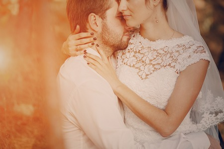 Happy couple whose wedding photo shoot in a golden autumn Stockfoto