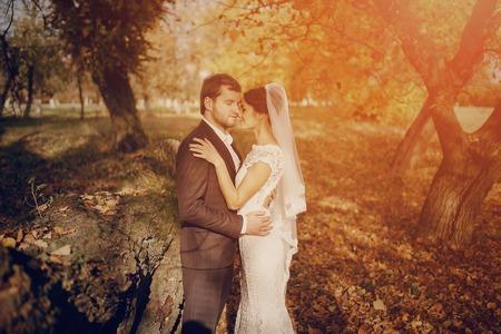 whose: Feliz pareja cuya boda sesi�n de fotos en un oto�o dorado Foto de archivo