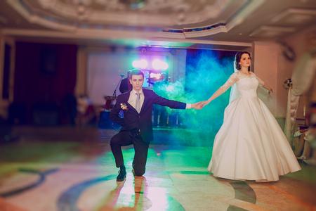 pareja bailando: rom�ntica pareja de baile en su boda HD