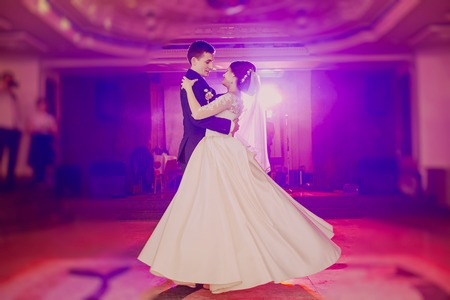 romantic couple dancing on their wedding HD Imagens