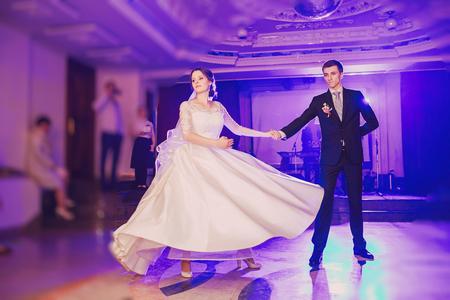 romantic couple dancing on their wedding HD Stockfoto