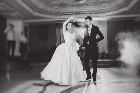 casados: romántica pareja de baile en su boda HD
