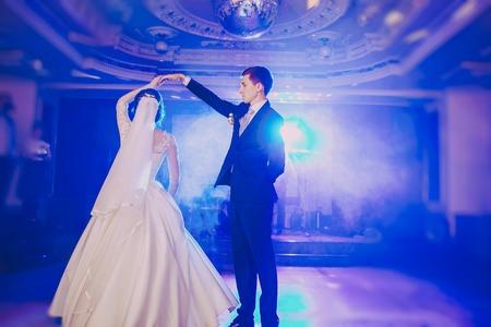 romantische paar dansen op hun bruiloft HD Stockfoto