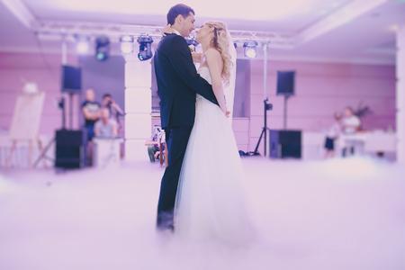 ślub: narzeczonych wesele w eleganckiej restauracji z pięknym światła i atmosfery