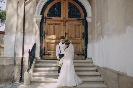 Bella coppia di sposi partecipa alla cerimonia di nozze Archivio Fotografico - 46513358