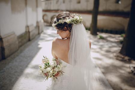 cặp vợ chồng cưới đáng yêu oditi một vương miện bướm treo