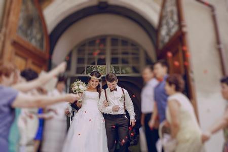 素敵な結婚式のカップルは、結婚式に参加 写真素材