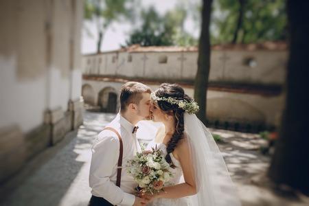 Bella coppia di sposi oditi una corona di farfalle e bretelle Archivio Fotografico - 46514286