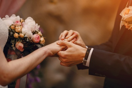 Joli couple de mariage d'été blonde par temps ensoleillé Banque d'images - 46514440