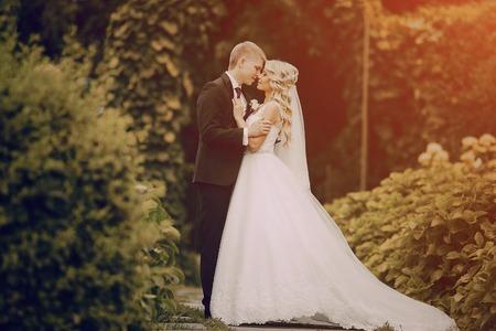 Affascinante matrimonio elegante coppia in elegante abito estivo e tempo meraviglioso Archivio Fotografico - 46749264