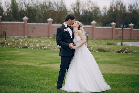 mooie bruiloft paar lopen op hun trouwdag