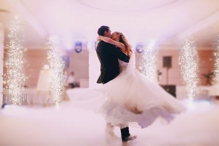 tanzen: Br�ute Hochzeitsfeier im eleganten Restaurant mit einem wunderbaren Licht und Atmosph�re Lizenzfreie Bilder