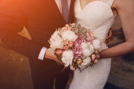 wedding: encantadora pareja de boda de verano rubia en un d�a soleado