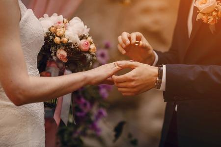 Bella bionda estate sposi in tempo soleggiato Archivio Fotografico - 47460845