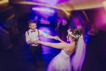 bruidspaar in een restaurant viert haar trouwdag Stockfoto