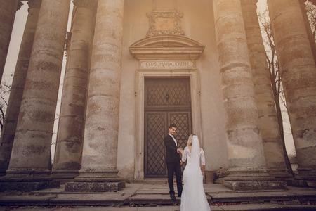 Hochzeitstag jungen Paares mit einem brillanten goldenen Herbst