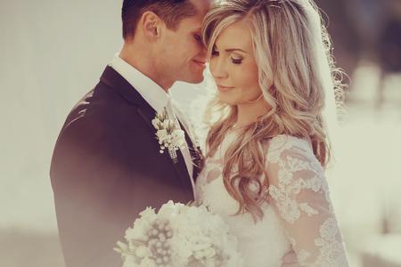 matrimonio feliz: d�a de la boda pareja joven con un brillante de oro del oto�o