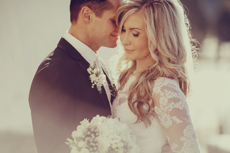 wesele: Dzień ślubu młoda para z genialnym złotej jesieni Zdjęcie Seryjne